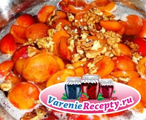 Абрикосовое варенье с грецкими орешками